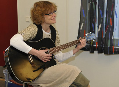 elisabeth jonsson playing guitar